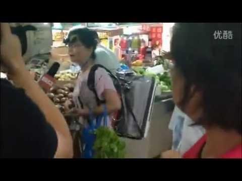 中国のおばちゃんは、空気清浄機を担いで生活してPM2.5