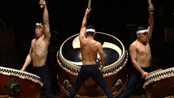 海外で高く評価される日本の和太鼓集団「鼓童(KODO)」。正式メンバーには数年間の共同生活の後、更に険しい道のり