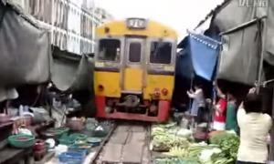 市場の中を電車が走ってる!?アジアの信じがたい光景