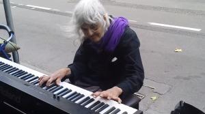 よぼよぼの老婆が路上でピアノを弾き始める。思いもよらぬ美しい音色に、いつの間にか周囲は人だかりに!拍手喝采のラスト!