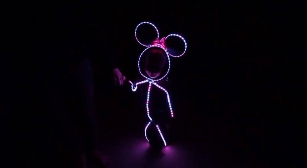 【ハロウィン】小さな少女がLEDミッキーマウスの衣装で走ってきた!1秒でメロメロになっちゃう可愛すぎる動き!!