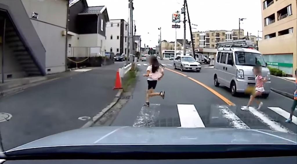 危ない!車の隙間から突然子供達が!対向車線が渋滞している時は、車列の影からの飛び出しに注意!!