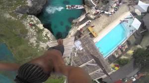 超高所からカメラを持ったまま海へ飛び込み!最高に爽快なジャンプ映像!!