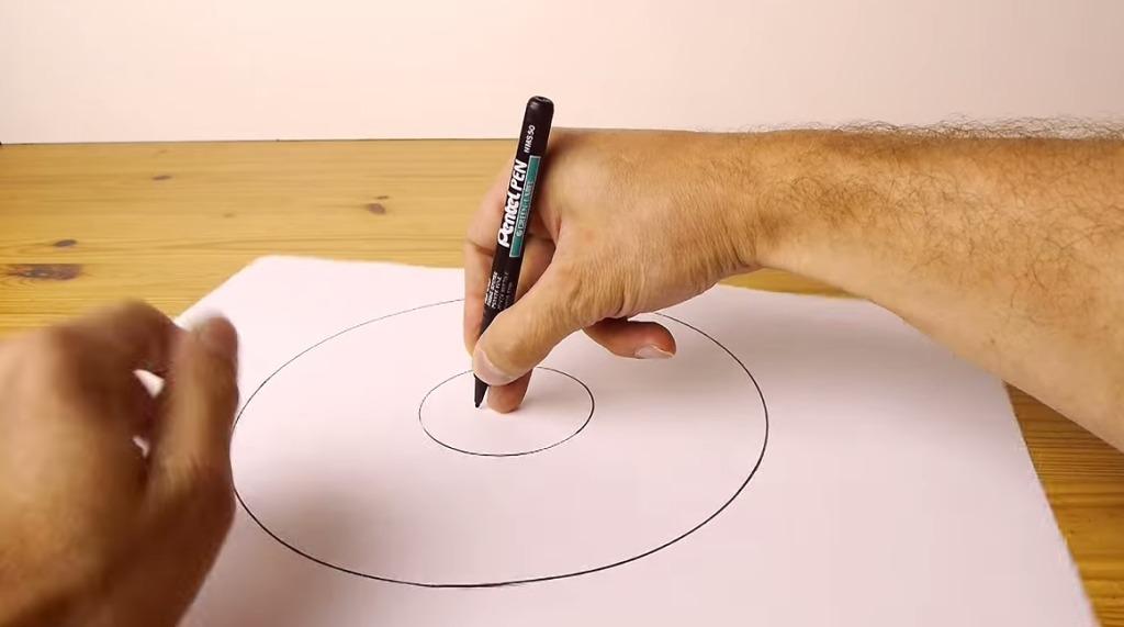 紙とペンしかなくても、フリーハンドで綺麗な円を描く方法がスゴい!