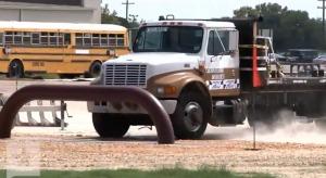 暴走トラックをびくともせずに止める、超頑丈な「車止め」の実験映像を色んな角度から。
