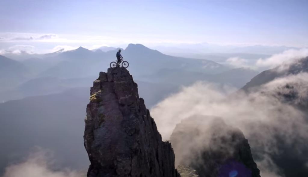 そ、そこは道じゃなーい!切り立った岩山を自転車で走る命知らず過ぎる男