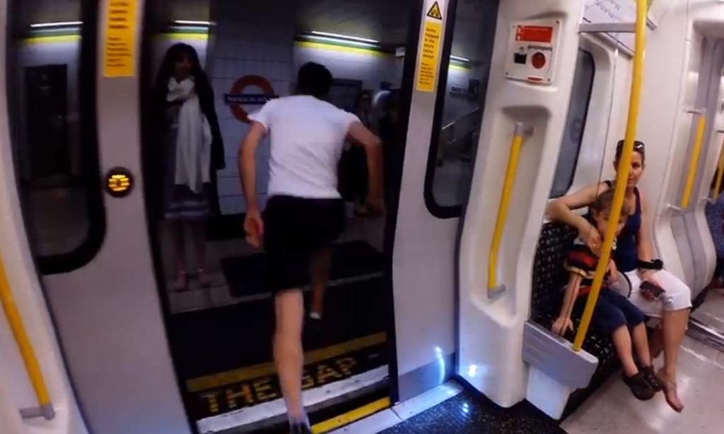 ドアが開くと同時によ〜いドン!次の駅でまた同じ電車に乗ることができるのか?!無謀すぎるチャレンジの結果は?!