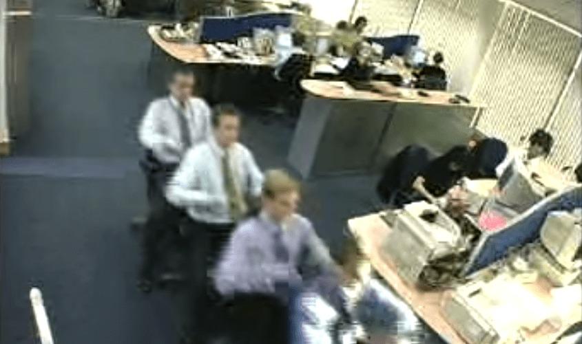 会社のオフィスで「ボート」を漕いでいる!謎のボートチームが撮影される!!!