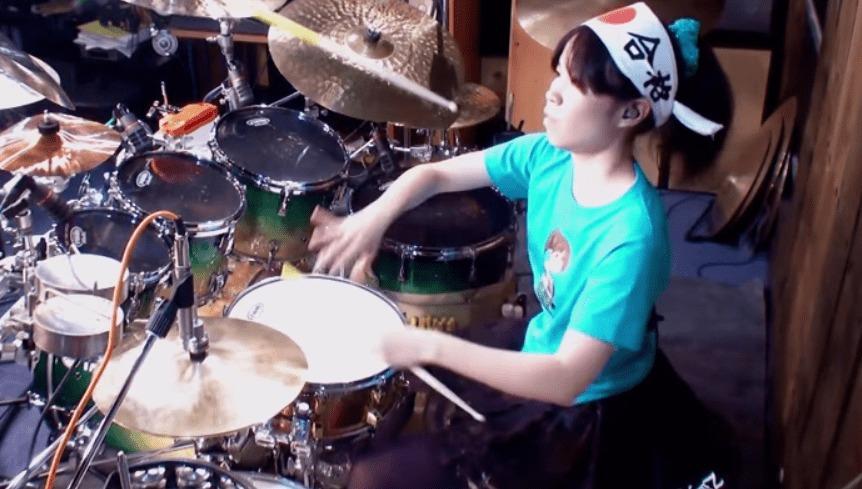 【神技】アジア人女性として初めて世界のトップドラマー500に選ばれた女子高生の超絶ドラムプレイ!!