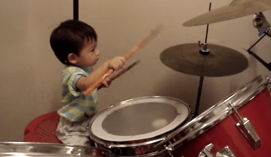 1歳11ヶ月の赤ちゃんがドラムでパパとセッション!!しっかりしたビートを叩く!!!