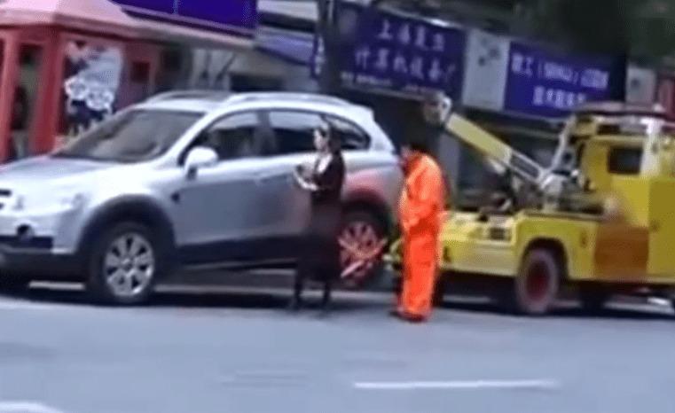 レッカー移動に逆ギレした女性が、逆にレッカー車を牽引していってしまった!!!