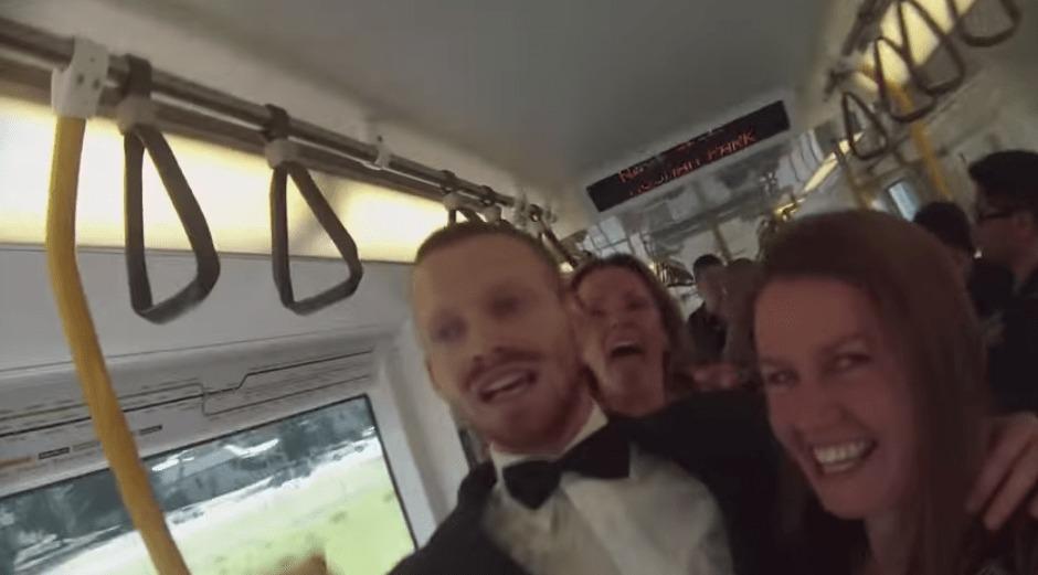 通勤電車内で1人でダンスパーティーを始めた男!結果、乗客ノリノリのめちゃハッピーな結末に!!