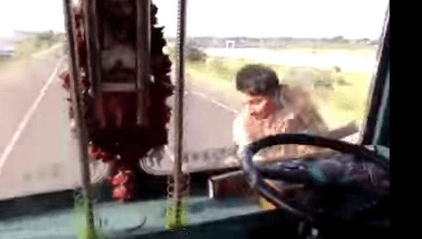 え?!何してんすか!走行中のトラックの運転手が、突然外に行っちゃった!