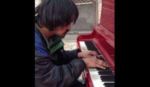 30年間ホームレスの男性。少し汚れた指先から奏でられる、美しいメロディ。
