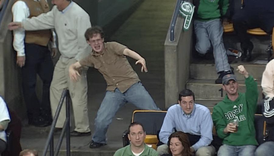 バスケの試合で流れた「ボン·ジョヴィ」の曲で、大フィーバーしたファンが、熱烈ダンスをする姿が撮影され話題に!!