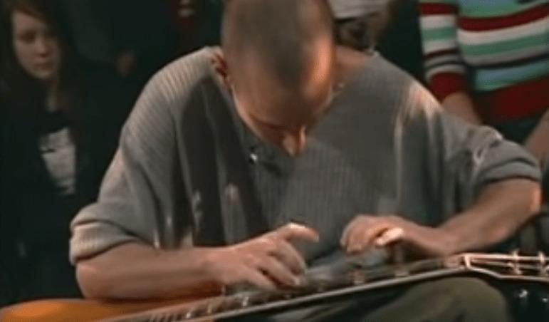 【神技】こんなギタリスト見たこと無い!まるでキーボードのようにギターを膝に寝かせて弾く「ラップタッピング」の巨匠!