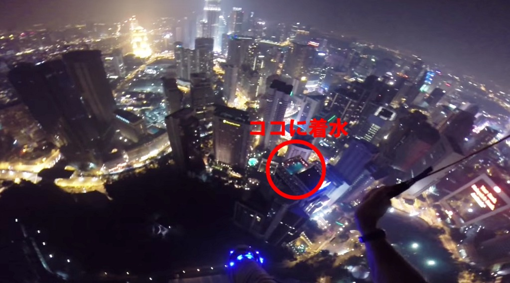 【神技】360メートルのタワーからジャンプし、34階の屋上プールに着水!!