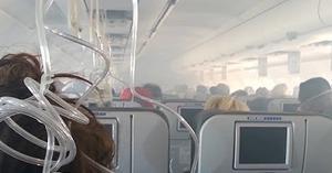 旅客機のエンジンが炎上!煙が立ち込める機内の緊迫の様子。それでも冷静な乗客の対応が素晴らしい。