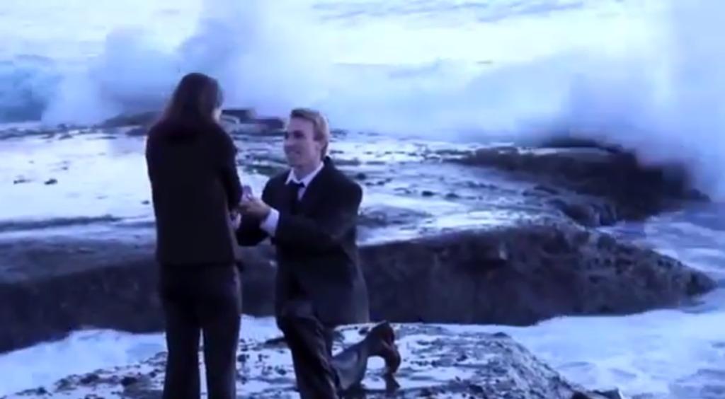 荒れ狂う波が押し寄せる海岸でプロポーズ!予想通りの結果にwwwwwww