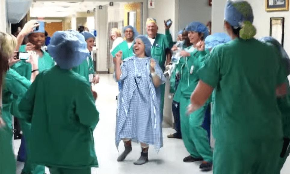 乳ガンによる乳房切除を不安に思っていた患者を安心させるために、医者と看護士が粋な計らい!ノリノリダンスで手術室へ!