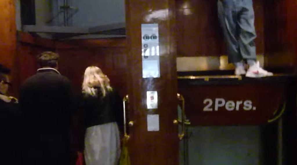 現在も稼働する100年前のエレベーターは、動いているカゴに勝手に乗るだけ!安全性が心配。。