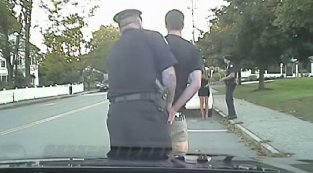ドライブ中彼氏が逮捕?!警官が婚約指輪を発見し「これは何だ!説明してもらおうか」。本当にビックリのサプライズプロポーズ!