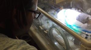 切なすぎる。。早産で亡くなってしまった母親の子宮から救出された生後3日の息子に、ビートルズの「ブラックバード」を歌ってあげる父