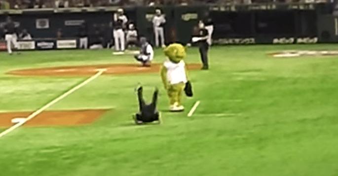 【日米野球】審判が突然マスコットキャラを押し倒し、キレッキレの動きでダンス!!