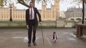 ギネス記録の世界一背の高い男性と小さい男性が対面!その差なんと196cm!!