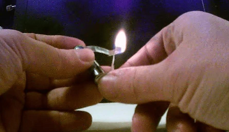 【サバイバル】ガムの包み紙と電池で火を起こす方法