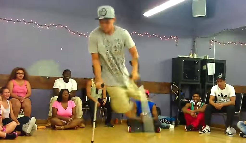 片足にもかかわらず、杖をついて超絶なブレイクダンスを踊る少年!!!