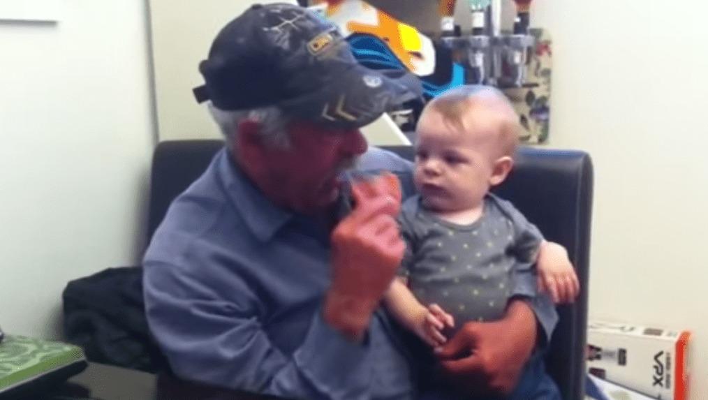 おじいちゃんが入れ歯を取り外した時の赤ちゃんの反応wwwwwww