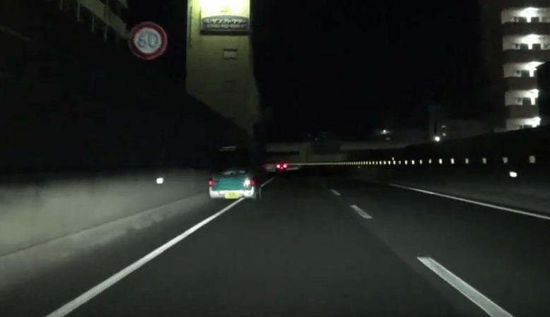 夜間の高速にハザードランプを点灯せずに停車すると、かなり危険なことが分かる映像