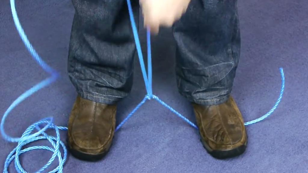 丈夫なロープもこのとおり!イザという時役立つ、ハサミやナイフが無くても紐を切る方法。