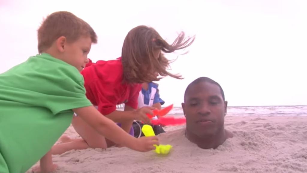 【マネ厳禁】アメフトのプロ選手なら、首まで砂に埋められても脱出できる!!?