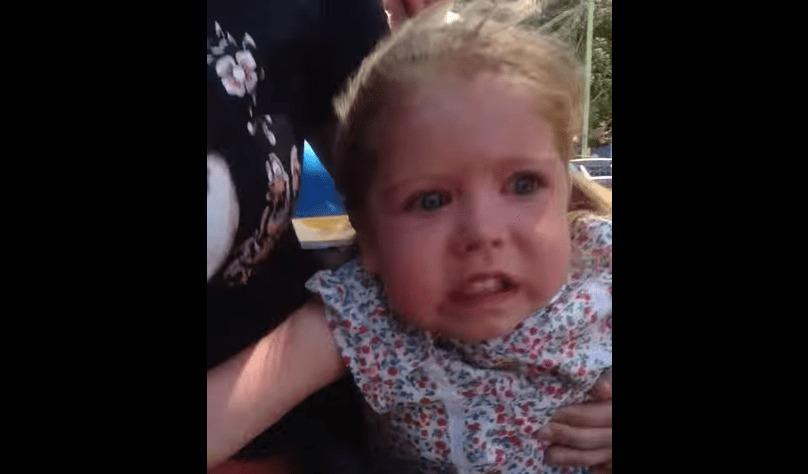 2歳の少女が初めてのジェットコースターに挑戦!はじめは笑顔だけど、だんだん。。。