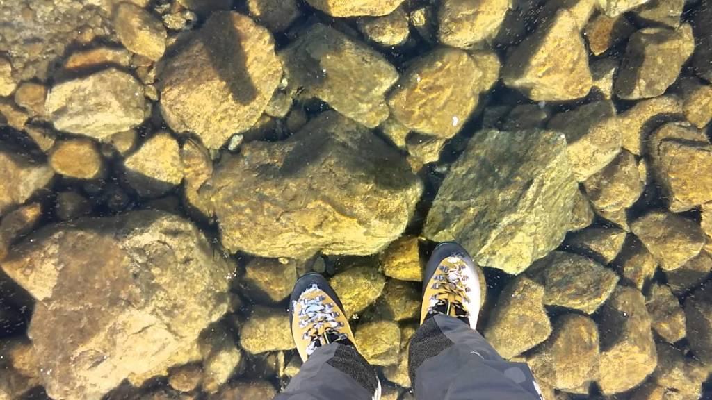 凍った湖の透明度がめちゃめちゃ高く、まるで人が湖の上に浮いているよう!!