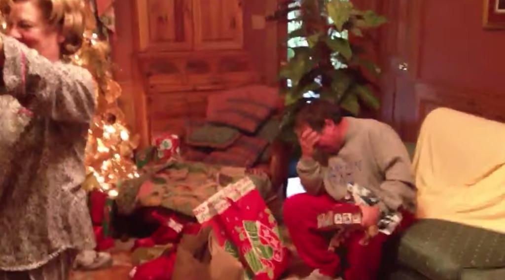 【感動】息子夫婦の「赤ちゃんができました!」との突然のクリスマスプレゼントに、立派なお父さんが号泣!これぞ男泣き!