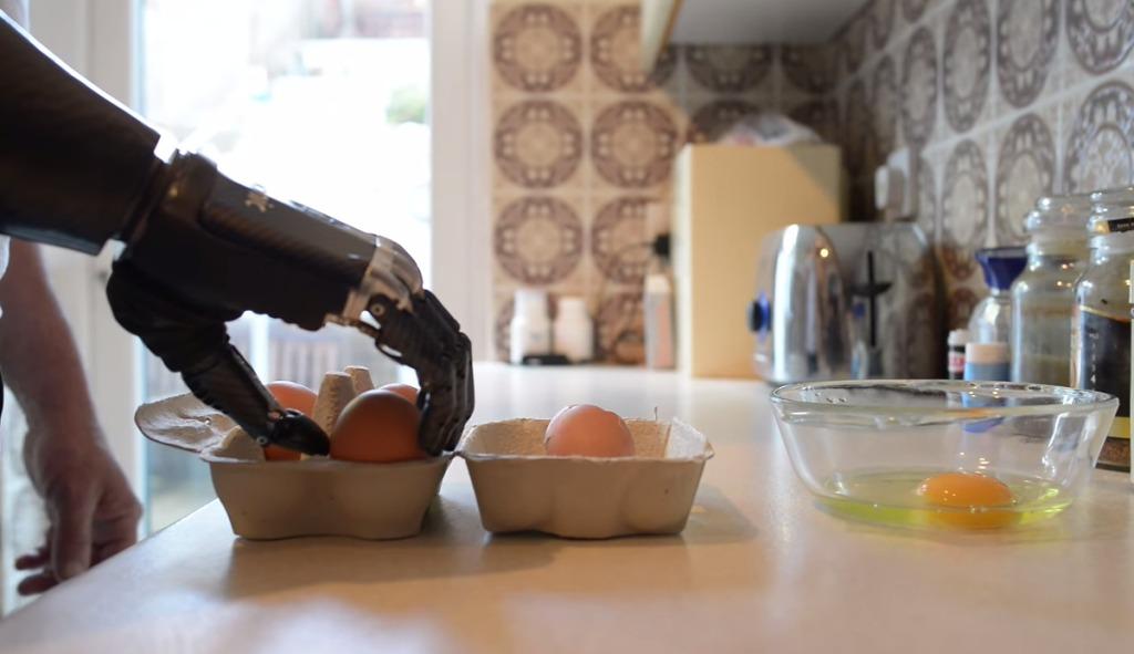 現代は既に「ターミネーター」の描く未来に突入している!人類は「ロボットの手」を受け取った。