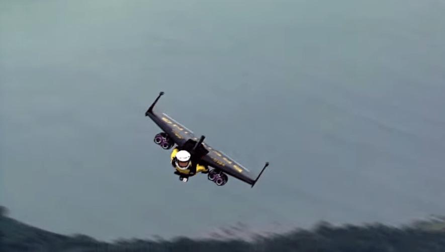 人間ジェット機!ジェットエンジンを付けて空を自由自在に飛び回る「ジェットマン」!!
