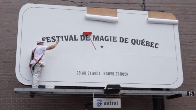 マジック・フェスティバルの広告看板はやっぱりマジック!通行人も目を疑うナイスアイディアな広告!