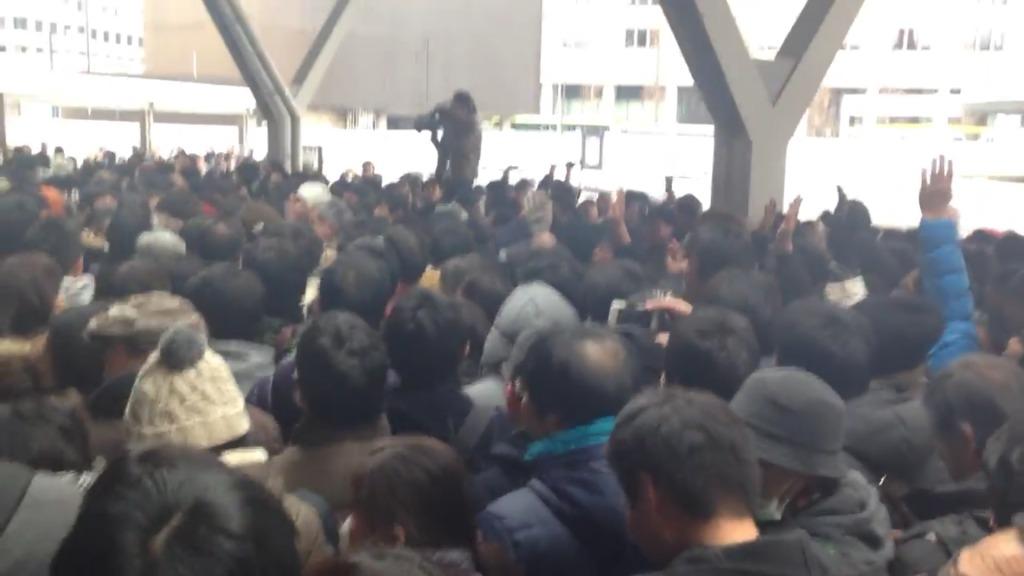 【速報】東京駅で記念Suicaを買えなかった人達が暴徒化!平謝りする駅員に罵声が飛び交い、一時騒然となる!