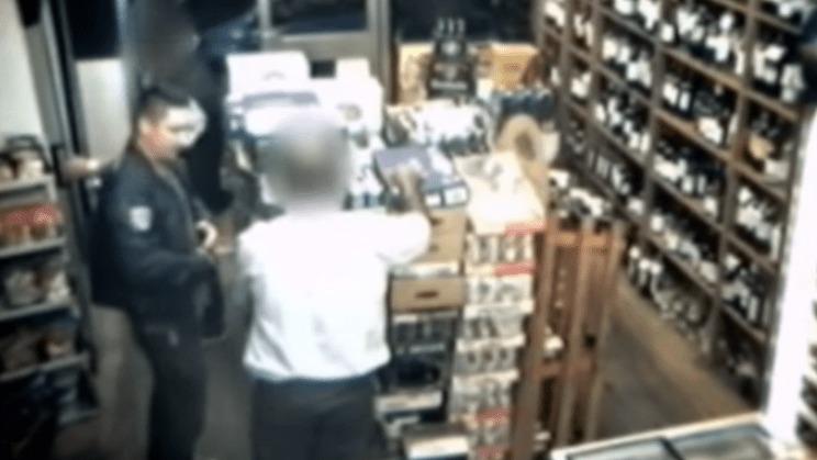 一瞬で店主に催眠術をかけ財布を盗み出した男が監視カメラに!こんなことって本当にあるんだ。。