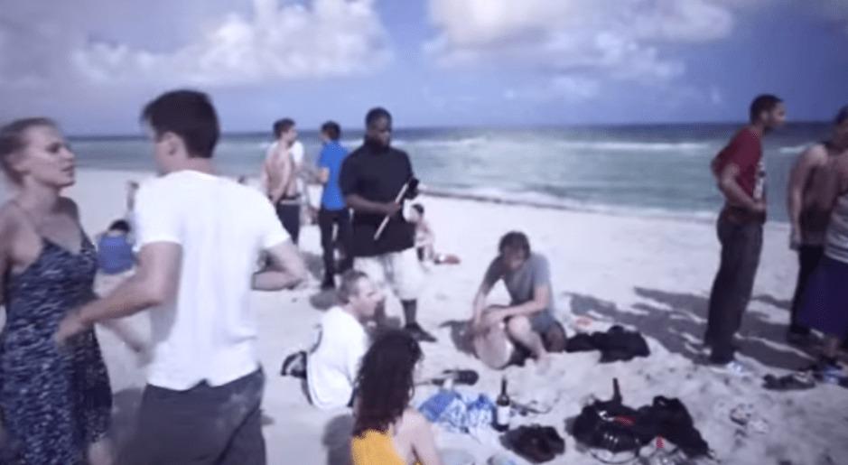 この映像が真っ暗闇の海岸だって信じられる?!まるで昼間みたいに撮れるソニーのカメラの明るさがスゴい!!