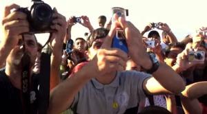 これがスーパースターの目線!ジム・キャリーが自分を撮影するファンを逆に撮影!!