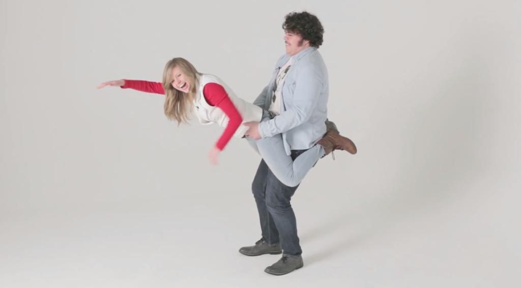 色々なカップルに変なポーズをさせる動画が、なんだかホンワカするw