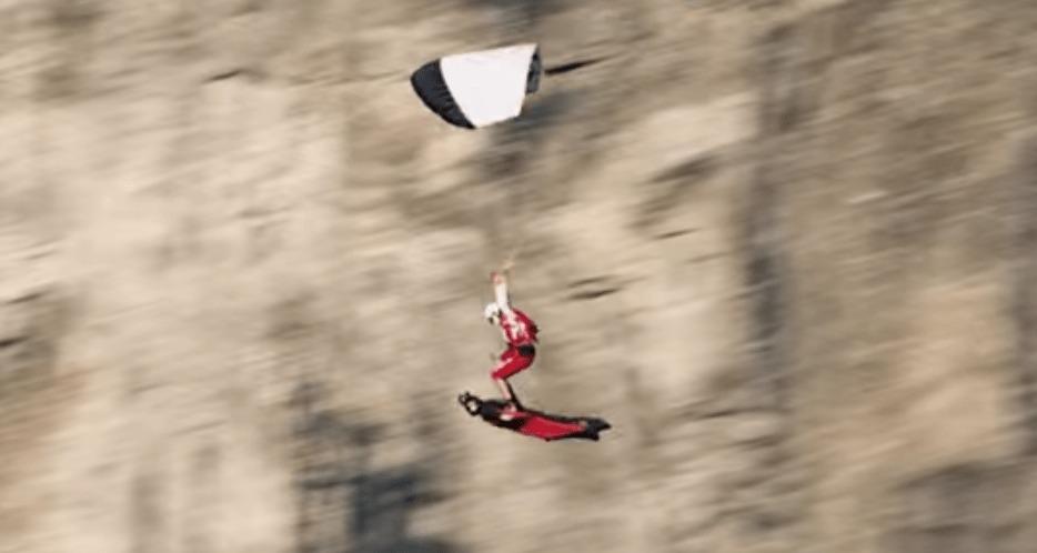 奇跡!ヘリから飛んだパラシュートと、山から飛んだウイングスーツの2人が空中で合体!!!