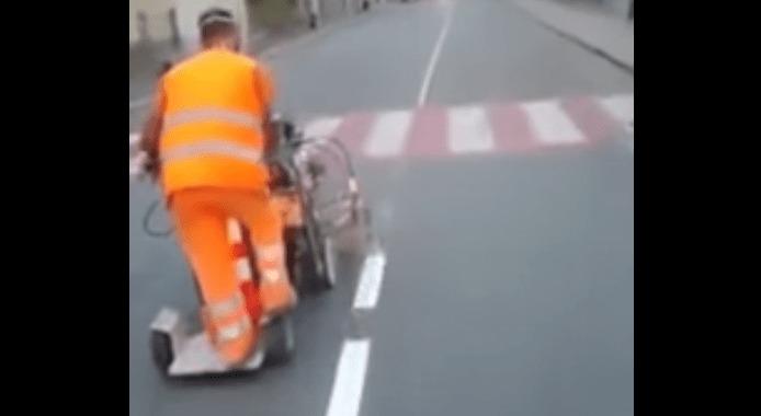 正に職人技!道の白線をすごいスピードで描いてゆくめっちゃ爽快な映像!!