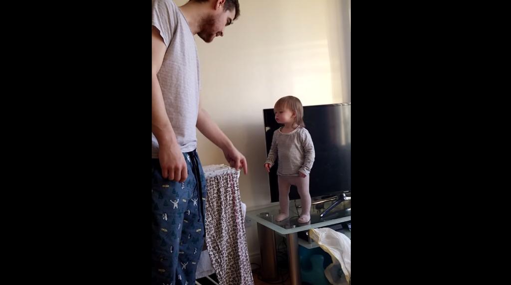 1歳の女の子とパパのバトルがかわいすぎると世界中で大人気!!