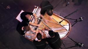 1台のピアノを5人で弦を直接引いたり叩いたりして奏でられる斬新な音楽!!!